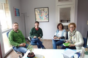 Reunión-campo de cultivo, en el CT de Proyecto Hombre, con Pablo, Juan Pablo y Carmen, terapeutas de Proyecto Hombre, y Pilar, técnico del Alma Mater Musuem.