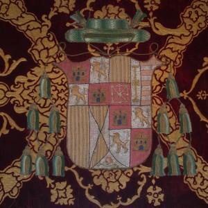 Escudo del arzobispo don Hernando de Aragón, nieto de Fernando el Católico, bordado en su terno, expuesto en el museo.