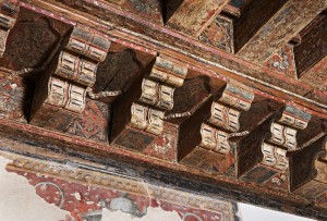 Detalle del alfarje mudéjar, donde se aprecian los motivos heráldicos originales.