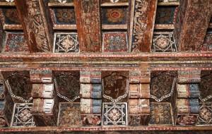 Detalle del alfarje mudéjar, donde se aprecian diferentes capas de pintura.
