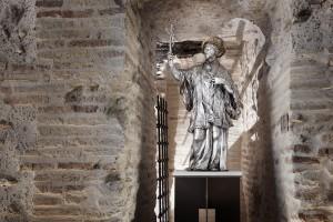 Hueco de la chimenea abierto en el muro, tras la escultura de San Francisco Javier.