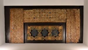 Fragmentos del taujel mudéjar que se encuentra sobre la escalera imperial.