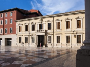 Fachada sur del palacio arzobispal, en la plaza de la Seo.