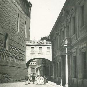 Arco del arzobispo, ya desaparecido. Fotografía del siglo XX tras varias modificaciones en distintos momentos. Se construyó por oden de Felipe II para evitar el viento zaragozano en su paso hacia la catedral.