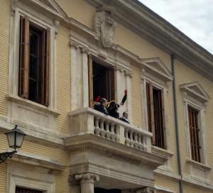 Palafox saludando a las tropas desde el balcón del palacio arzobispal (recreación de los Sitios de Zaragoza en abril de 2018).