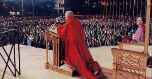 Juan Pablo II en la Plaza del Pilar de Zaragoza en 1982. Fotografía de Hoy Aragón.