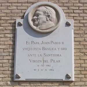 Placa en la puerta de la Basílica de Nuestra Señora del Pilar recordando las visitas de Juan Pablo II.