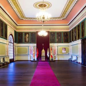 Imagen del salón del Trono del palacio arzobispal, también nombrado salón de Juan Pablo II. Se puede observar el trono y reclinatorio usados por el pontífice en su visita a la ciudad en 1982.